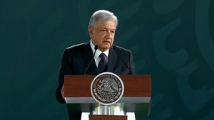 Andrés Manuel López Obrador. Con tijera de jardinero