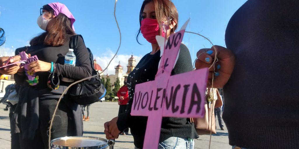"""Feministas colocan """"antiofrenda"""" en memoria de mujeres víctimas de feminicidio en la entidad - Nov 3, 2020"""
