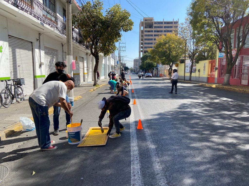 Colectivos ciclistas pintan ciclovía en Toluca - Nov 15, 2020