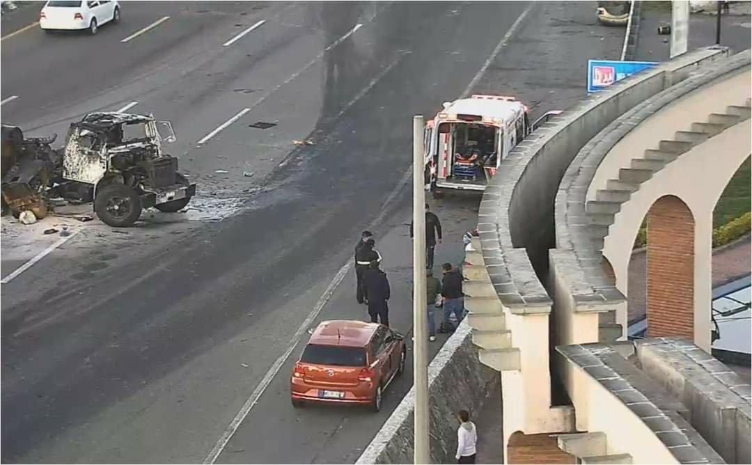 Vuelca camión sobre la México-Toluca, hay dos lesionados - Nov 3, 2020