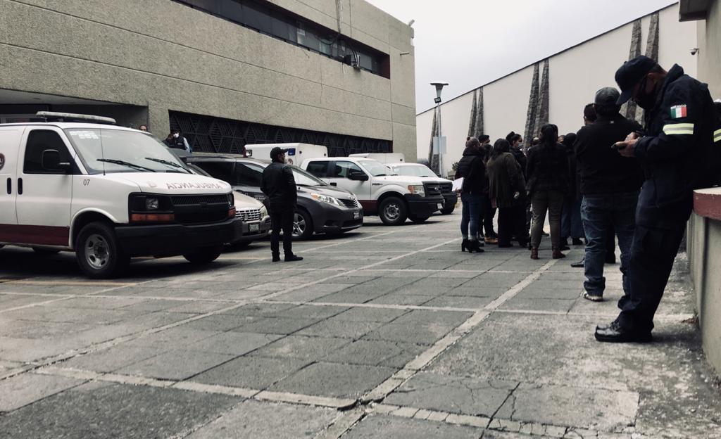 Llegan familiares a recoger cuerpos de policías estatales a la fiscalía - Mar 19, 2021