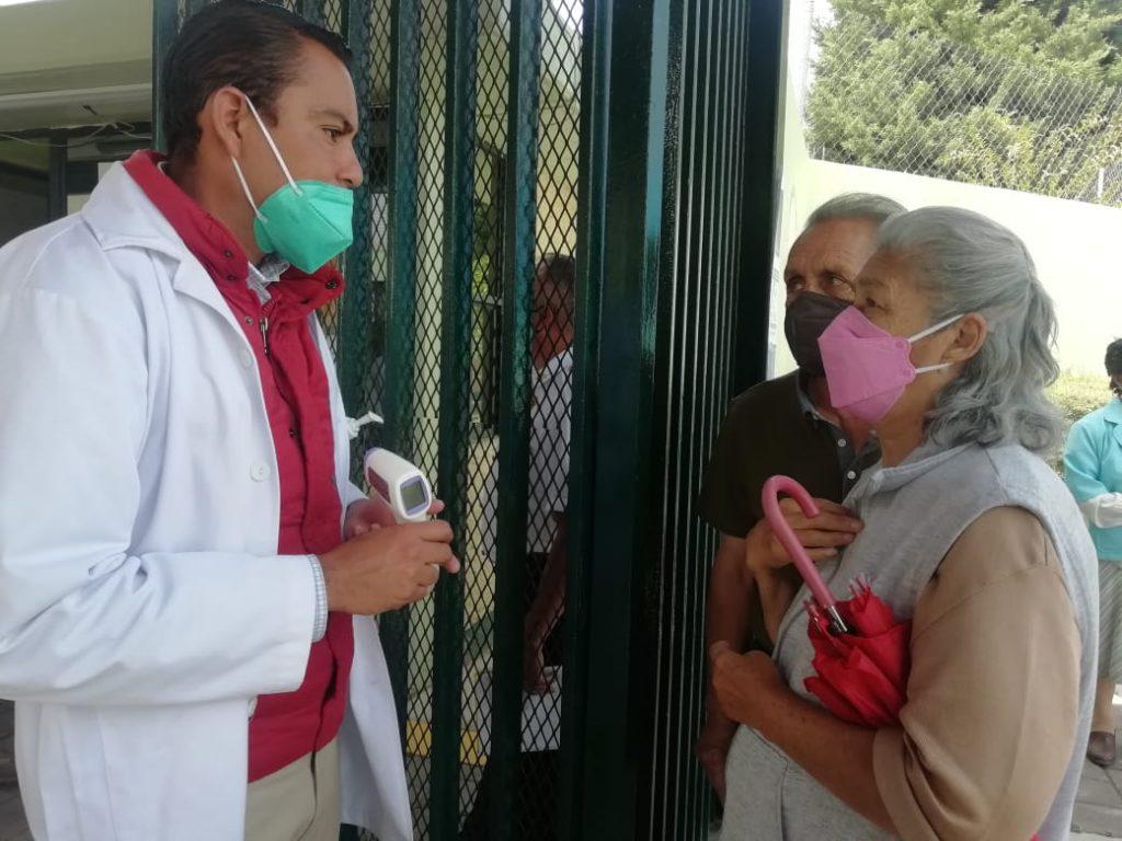 Llegan decenas de personas a informarse sobre vacunación en Metepec - Mar 25, 2021