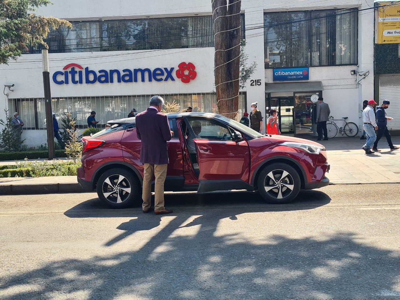 Ciclovía de Paseo Colón sirve de estacionamiento - Abr 8, 2021