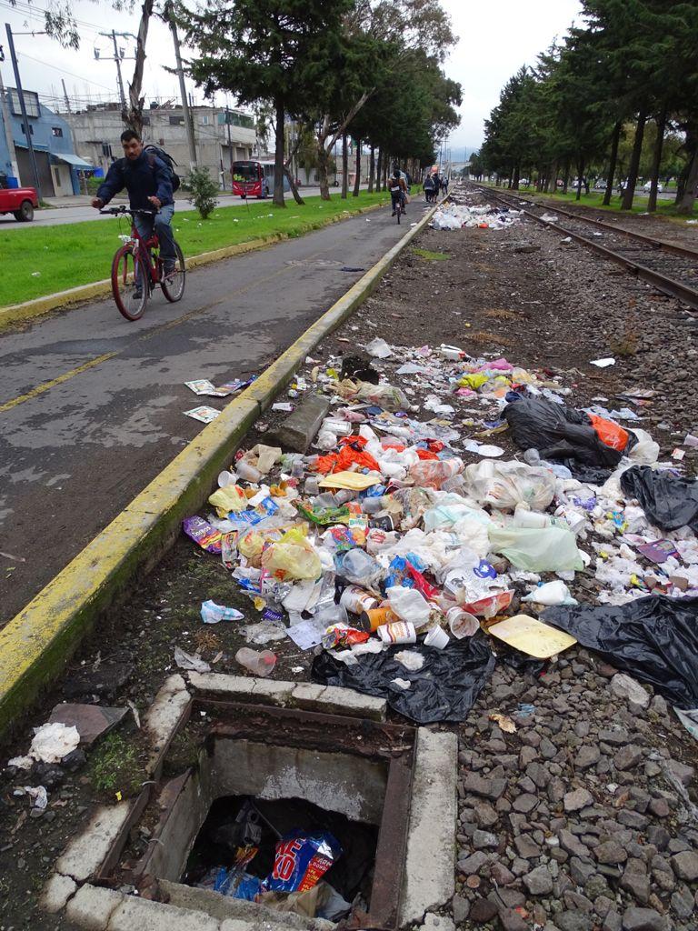 Montones de basura siguen en Santa María Totoltepec, sobre Paseo Tollocan; nadie los quita - Ago 31, 2021