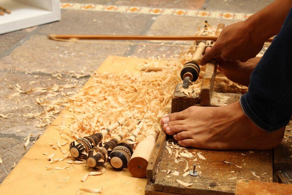 Misael Alonso preserva elaboración de artesanías en el torno de violín - Ago 27, 2021