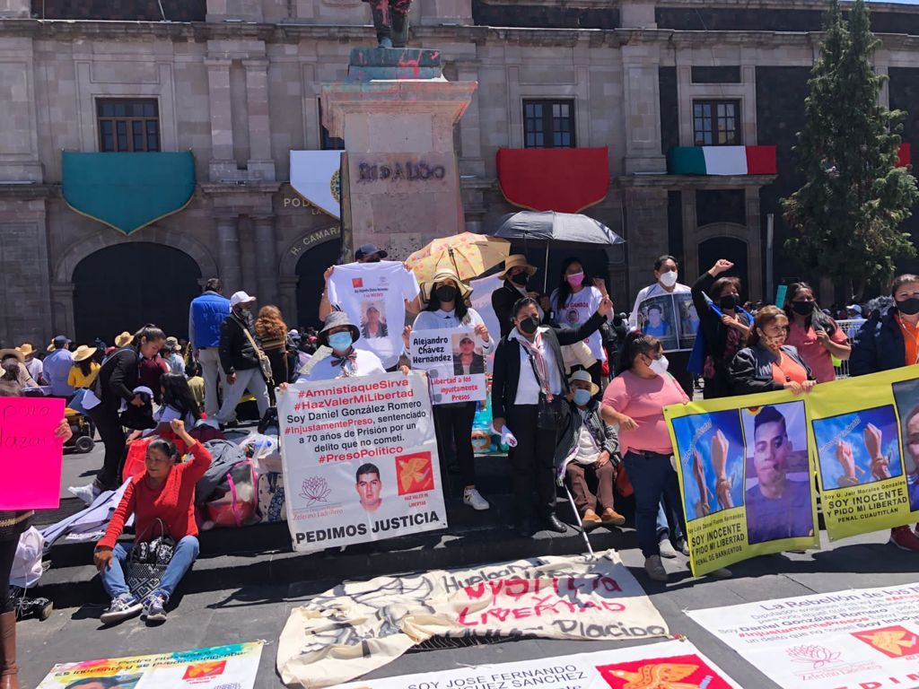 Con mariachi arman nuevo performance frente a Cámara de Diputados - Sep 23, 2021